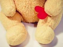 Poupée pelucheuse de concept de fond de jour de valentines avec le coeur à disposition Photographie stock libre de droits