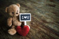 Poupée rouge de coeur et d'ours Photo libre de droits