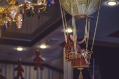 Poupée sur un ballon de jouet sous le plafond photo libre de droits