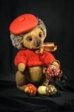 Poupée tenant le hérisson brun dans un béret Photo stock
