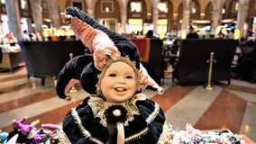 Poupée vénitienne de mascarade de tradition, sur un fond brouillé image libre de droits