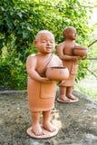 Poupées bouddhistes de novice image stock