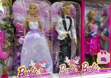 Poupées de Barbie et de Ken dans des boîtes sur l'étagère de boutique photos stock