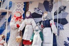 Poupées de chiffon russes dans le style ethnique photos libres de droits