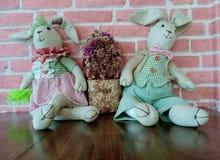 Poupées de lapin de cru se reposant sur un plancher en bois images libres de droits