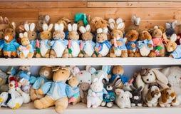 Poupées de lapin sur l'étagère Photographie stock libre de droits