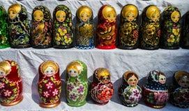 Poupées de Matrioshka sur l'affichage sur un marché, Russie images stock