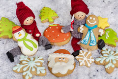 Poupées de Noël et biscuits de pain d'épice Images libres de droits
