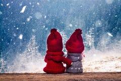poupées de Noël de garçon et de fille dans l'observation du pays des merveilles d'hiver neigeuse Image libre de droits