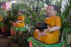 Poupées de novices à l'intérieur du temple thaïlandais photo stock