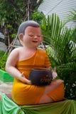 Poupées de novices à l'intérieur du temple thaïlandais photographie stock