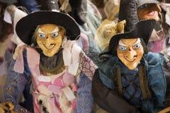 Poupées de sorcière à vendre des personnes de voyageurs dans la boutique de cadeaux de souvenir photos libres de droits