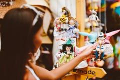 Poupées en bois habillées dans différents équipements poupées en bois faites main accrochant comme affichage Poupées décoratives Images stock