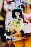 Poupées en bois habillées dans différents équipements poupées en bois faites main accrochant comme affichage Poupées décoratives Image stock