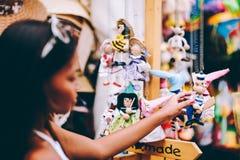 Poupées en bois habillées dans différents équipements poupées en bois faites main accrochant comme affichage Poupées décoratives Photos stock