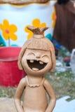 Poupées en céramique heureuses pour la décoration de jardin Pot d'argile en céramique mignon Image stock