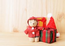 Poupées et décoration de boîte-cadeau pour des milieux de Noël image libre de droits