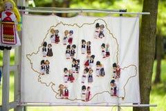 Poupées faites main colorées traditionnelles roumaines Images stock