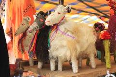 Poupées de chèvre de moutons à un marché mexicain de métier Photo stock