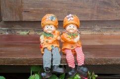 Poupées jumelles avec les textures en bambou de mur, amour, valentine Photo stock