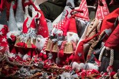 Poupées rouges de Gnome sur un marché de Noël photo libre de droits
