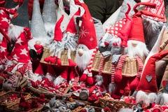 Poupées rouges de Gnome sur un marché de Noël images libres de droits