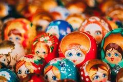 Poupées russes colorées Matreshka d'emboîtement au marché Les poupées d'emboîtement de Matrioshka Babushka sont les souvenirs les images libres de droits