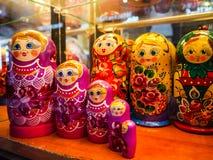 Poup?es russes de babushka dans la vieille ville de Prague photo stock