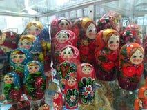 Poupées russes en vente dans une fenêtre de magasin photographie stock libre de droits