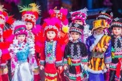 Poupées tribales colorées à vendre au touriste comme souvenir au marché local en Chiang Rai, la partie nord de la Thaïlande Images stock