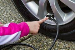 Poupança do gás da pressão de pneu Imagem de Stock