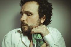 Poupança, homem com expressão intensa, camisa branca foto de stock royalty free