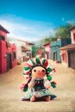 Poupée de chiffon mexicaine dans une robe traditionnelle sur un village mexicain Image libre de droits