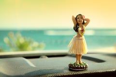 Poupée de danseur de danse polynésienne sur le voyage par la route de voiture d'Hawaï Photos libres de droits