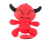 Poupée faite main de diable rouge de crochet sur le fond blanc Photos stock