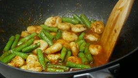 Pour饮用水到平底锅里,混乱油煎了虾,围场长豆,香料,咖喱酱 股票视频