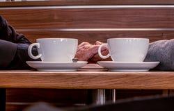 Pour boire la photo mobile tout en ayant le caf? images stock