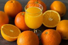 100 pour cent de jus d'orange naturel dans un verre Photo stock