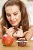 Pour choisir une pomme ou un petit pain images libres de droits