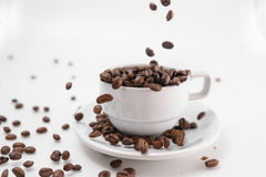 Pour coffee grounds into the cup Royalty Free Stock Photos