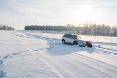 Pour creuser la voiture de la neige La voiture a volé après le voyage pour neiger image stock