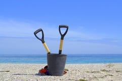 Pour dégager les ?arth-outils sur la plage vide Photographie stock libre de droits
