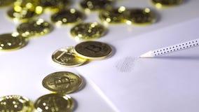 Pour dessiner le bitcoin sur le papier Lustre des pièces de monnaie 4K clips vidéos