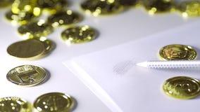 Pour dessiner le bitcoin sur le papier Lustre des pièces de monnaie UHD banque de vidéos