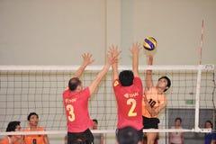Pour deux hommes bloquant la boule dans le chaleng de joueurs de volleyball Image libre de droits