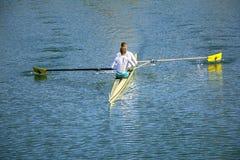 Pour deux hommes dans un bateau Photographie stock libre de droits