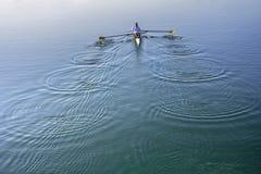 Pour deux hommes dans un bateau Images libres de droits