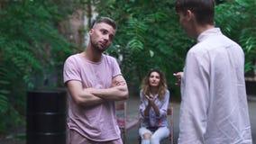 Pour deux hommes discutez les uns avec les autres clips vidéos