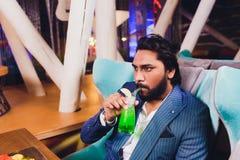 Pour deux hommes en verres Sit At Counter, cocktail potable de prise de barre, les amis gais rencontrant la barre communiquent pa photos stock