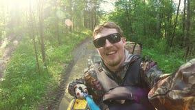 Pour deux hommes sur ATV dans la vidéo Selfe de forêt banque de vidéos